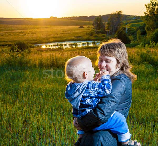 Moeder kind naar zonsondergang bloemen familie Stockfoto © 26kot