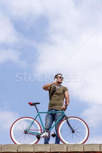 çekici genç ayakta açık havada çağrı telefon Stok fotoğraf © 2Design