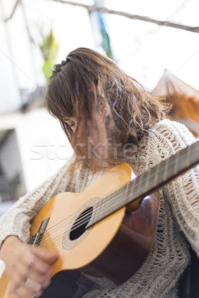 Güzel genç kadın oturma kanepe oynama gitar Stok fotoğraf © 2Design
