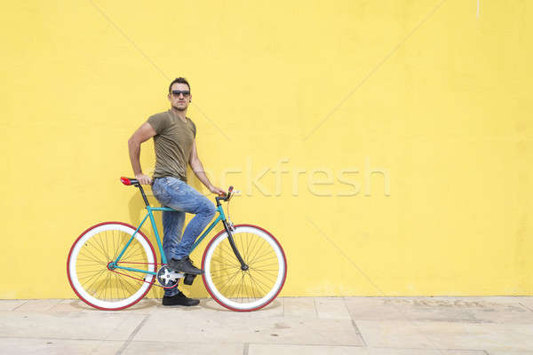Férfi pózol fix viselet bicikli visel Stock fotó © 2Design