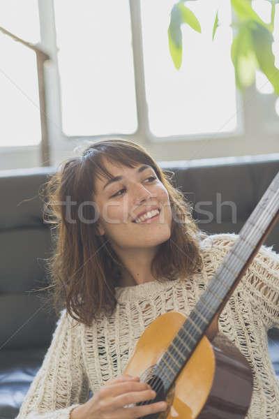 Stockfoto: Mooie · jonge · vrouw · vergadering · sofa · spelen · gitaar