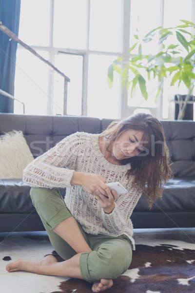Vrolijk vrouw mobiele telefoon vergadering woonkamer Stockfoto © 2Design