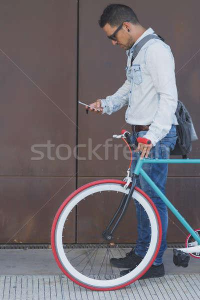 Elegáns üzletember mobiltelefon retro bicikli üzlet Stock fotó © 2Design
