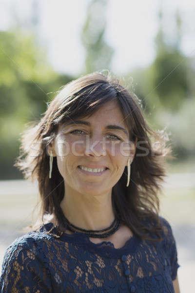 Mulher sorrindo parque olhando câmera retrato bela mulher Foto stock © 2Design