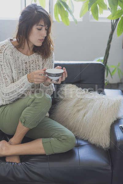 Stockfoto: Vrouw · vergadering · bank · naar · vooruit · glimlachende · vrouw