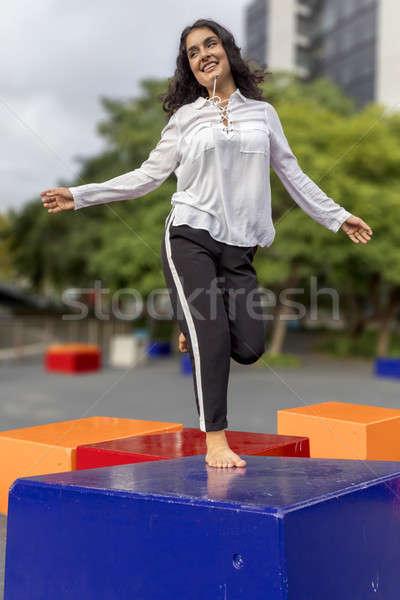 Stockfoto: Jonge · knap · zwart · haar · vrouw · springen · outdoor
