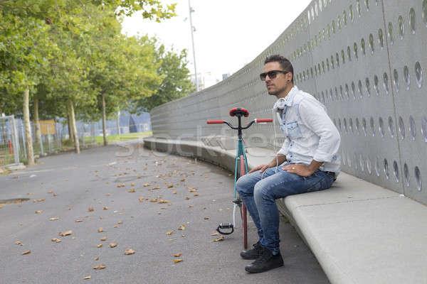Genç rahatlatıcı bank dinleme müzik Stok fotoğraf © 2Design