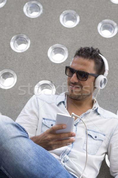 Stock fotó: Portré · fiatalember · hallgat · zene · fülhallgató · város