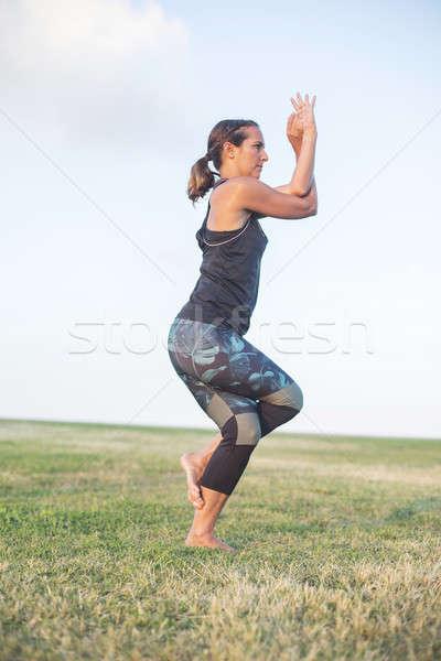 Jonge vrouw yoga oefening outdoor mooi meisje verloofd Stockfoto © 2Design
