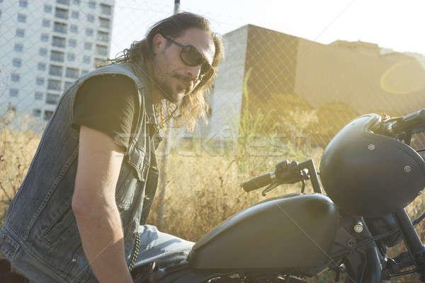 Morena cara posando preto motocicleta Foto stock © 2Design