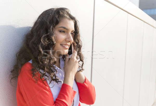 Mulher chamada telefone em pé parede Foto stock © 2Design