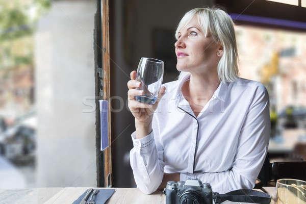 Mulher jovem água potável café cabelo loiro mulher Foto stock © 2Design