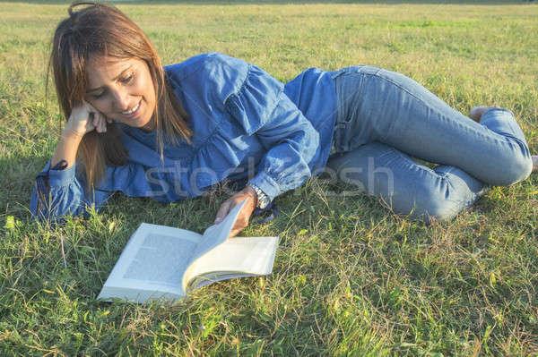 Gülümseyen kadın okuma kitap doğa kız güzellik Stok fotoğraf © 2Design