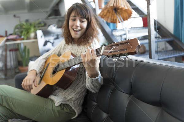 Szépség nő ül játszik gitár csinos nő Stock fotó © 2Design