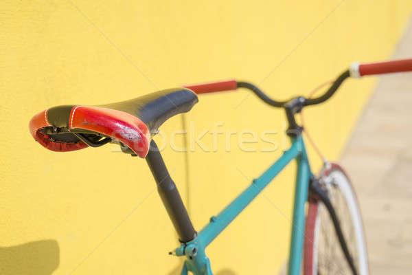 Cidade bicicleta fixo engrenagem amarelo parede Foto stock © 2Design