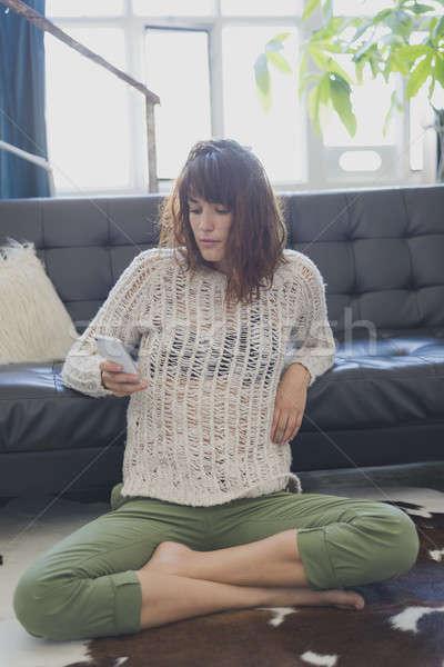 Alegre mulher telefone móvel sessão sala de estar Foto stock © 2Design