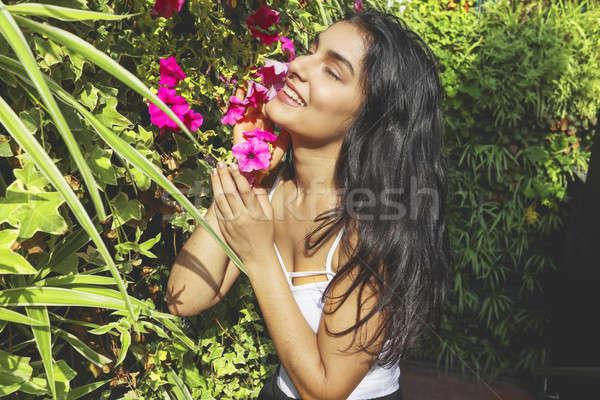 Stockfoto: Mooie · jonge · vrouw · lang · krulhaar · poseren · bloemen