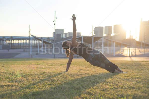 Mulher jovem ioga exercer ao ar livre beautiful girl comprometido Foto stock © 2Design