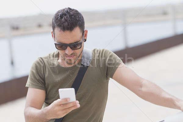 Genç güneş gözlüğü telefon açık havada adam Stok fotoğraf © 2Design