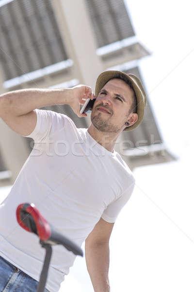 Portret gelukkig zakenman lopen buitenshuis mobiele Stockfoto © 2Design