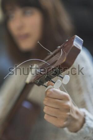 Hermosa sesión sofá jugando guitarra Foto stock © 2Design