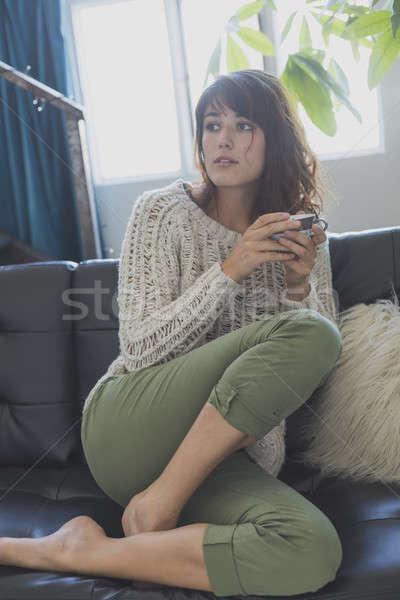 Vrouw vergadering bank naar vooruit glimlachende vrouw Stockfoto © 2Design