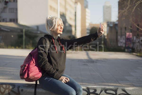 Genç güzel bir kadın oturma resim hareketli Stok fotoğraf © 2Design