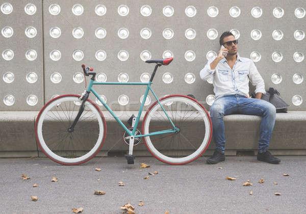 Adam cep telefonu oturma bank park şehir Stok fotoğraf © 2Design