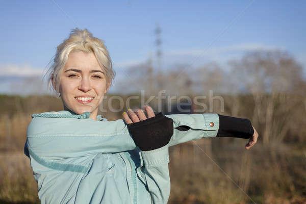 Güzel genç sarışın kadın açık havada oturma Stok fotoğraf © 2Design