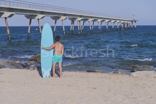 Surfista azul prancha de surfe atrás praia Foto stock © 2Design