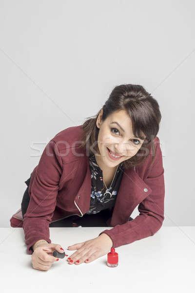 Kadın boyama çivi kırmızı bakıyor kamera Stok fotoğraf © 2Design