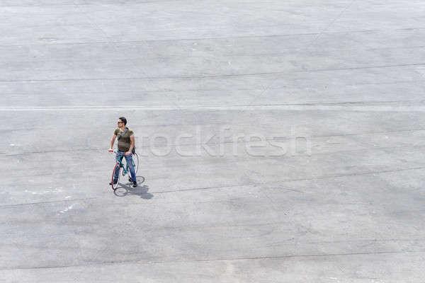 Stockfoto: Jonge · man · permanente · fiets · vierkante · man · stad