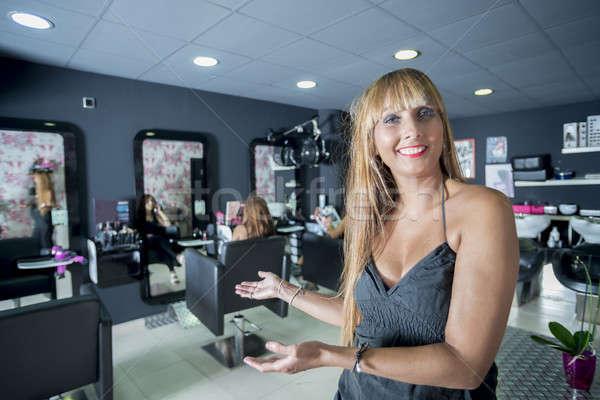Feminino cabeleireiro retrato olhando confiança proprietário Foto stock © 2Design