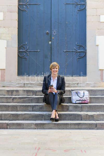Empresária sessão atraente mulher telefone Foto stock © 2Design
