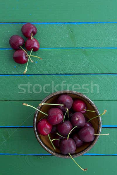 Maduro cerejas verde tabela mesa de madeira Foto stock © 2Design