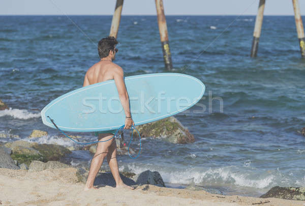 Foto stock: Surfista · azul · tabla · de · surf · detrás · playa