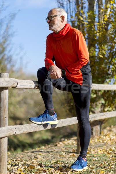 Runner Rood sportkleding permanente park Stockfoto © 2Design