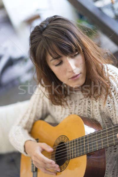 красивой сидят диван играет гитаре Сток-фото © 2Design