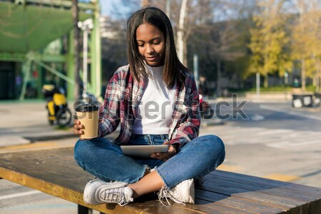 Mulher jovem escuta música digital comprimido sessão Foto stock © 2Design