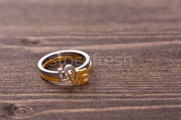 Anello di fidanzamento tavolo in legno san valentino altro romantica wedding Foto d'archivio © 3523studio