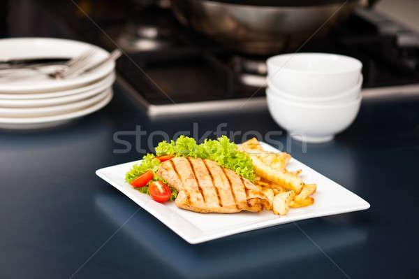 Pollo patatine fritte insalata nice cena rosso Foto d'archivio © 3523studio