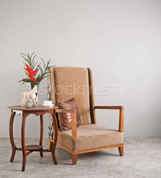 Foto d'archivio: Beige · sedia · lato · tavola · fiori · muro