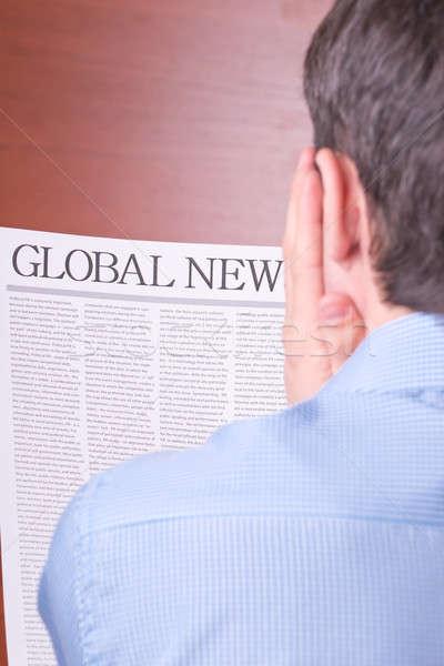 Férfi olvas újság felirat globális hírek Stock fotó © a2bb5s