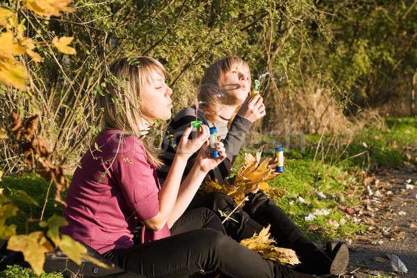 Twee schoonheid jonge vrouwen omhoog zeepbel park Stockfoto © acidgrey
