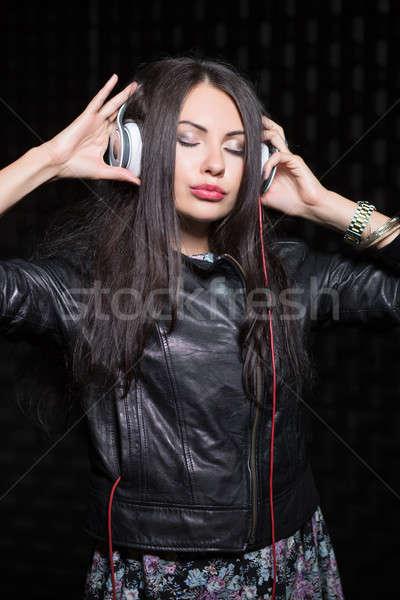 Jóvenes morena posando auriculares aislado Foto stock © acidgrey