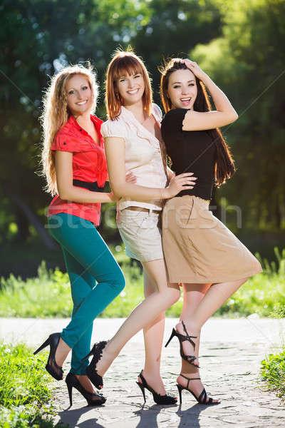 Tres alegre mujeres posando parque moda Foto stock © acidgrey