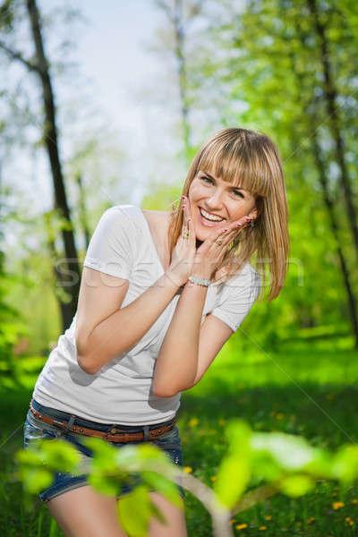 Bastante alegre posando parque mujer Foto stock © acidgrey