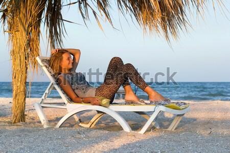 Zdjęcia stock: śmiechem · salon · krzesło · kobieta · niebo