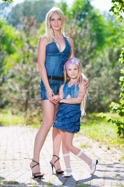 Mujer hija mujer bonita posando aire libre nina Foto stock © acidgrey