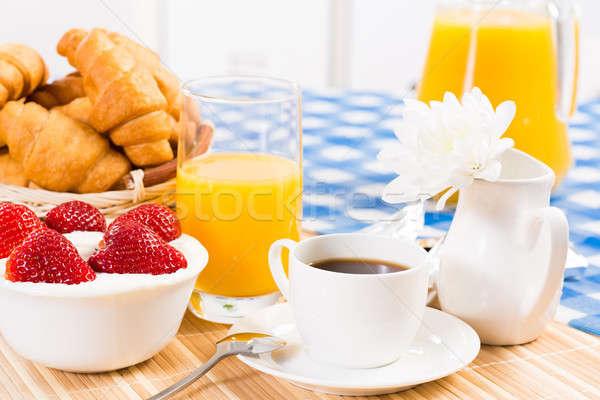 Pequeno-almoço continental café morango creme croissant suco Foto stock © adam121